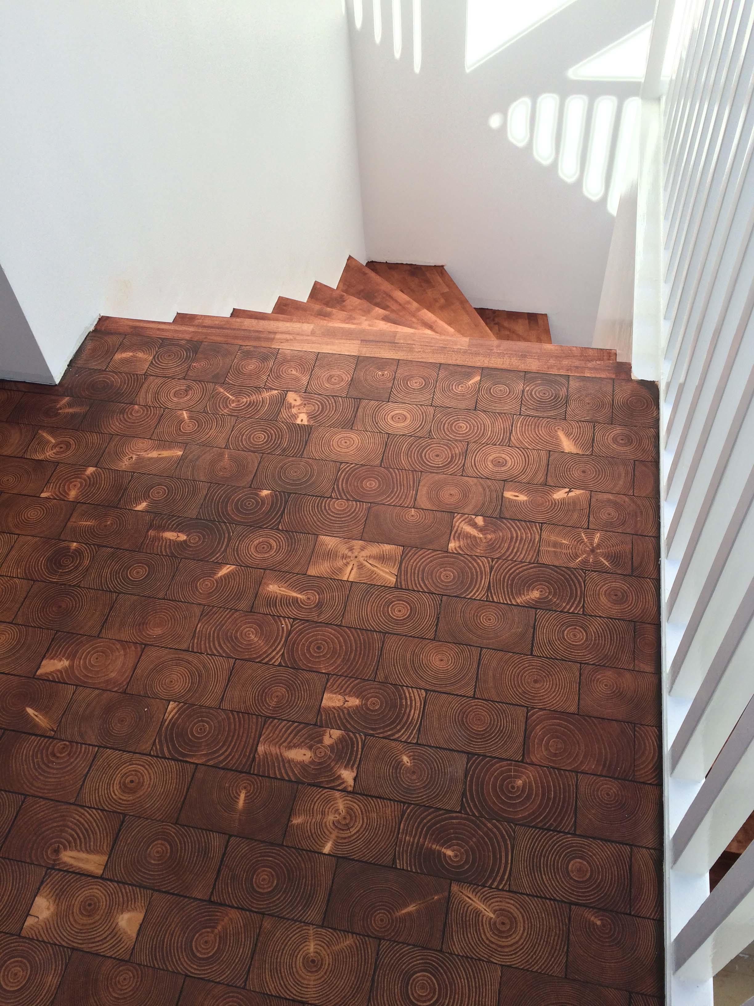 Trappa och golv behandlat med pigmenterad hårdvaxolja.